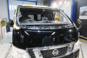 日産 NV350キャラバン フロントガラス交換SUNTECT