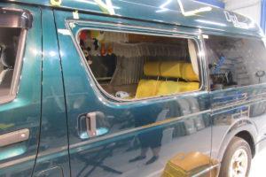 トヨタ ハイエース200系 左側サイドウィンド交換