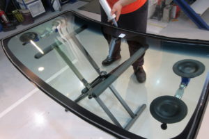 日産 キャラバンE25 フロントガラス交換