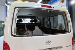 トヨタ ハイエース200系標準 リアガラス交換